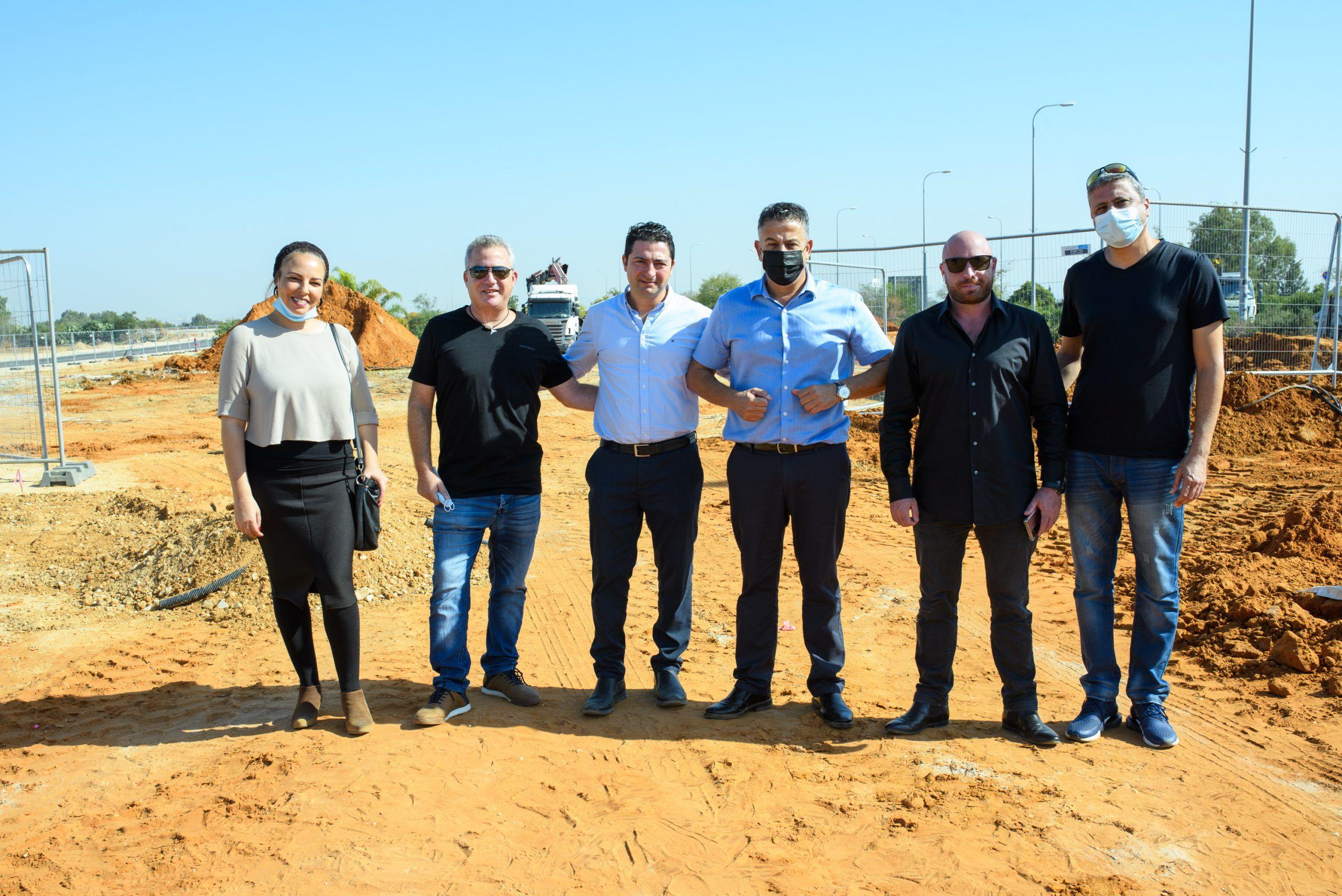 בתמונה – צוות מערכת מגזין הבלוק עם חיים אור, ניסים גוזלן ראש מועצת באר יעקב.