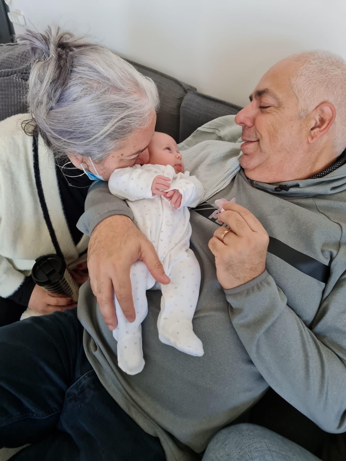 יפעת עם אהוב ליבה אלי והנכדה – אהבה טהורה.